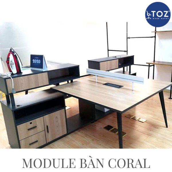Nhóm 4 người làm việc trong mô hình bàn làm việc nhóm tiện nghi và hiện đại